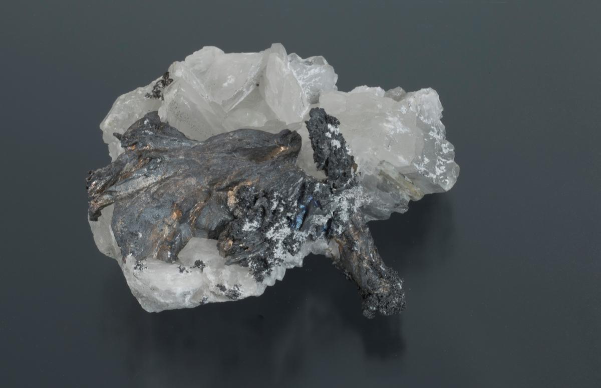 Grove sølvtråder på kalsitt Vekt: 395,30 g Størrelse: 9,5 x 9 x 4 cm