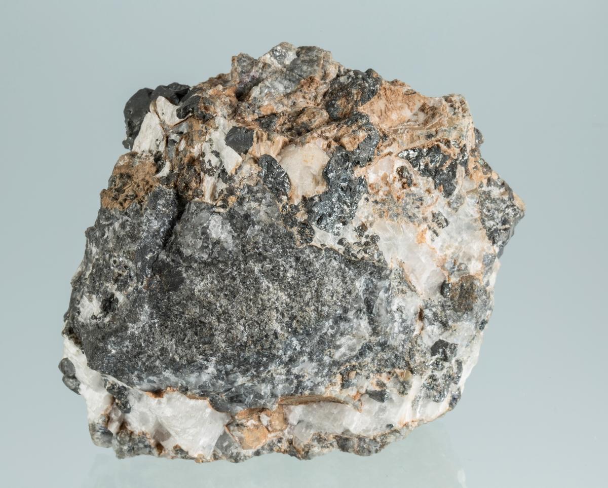 Etikett 53 Vekt: 661,25 g Størrelse: 9,5 x 8 x 6.5 cm Krystaller i kalsitt Kongens gruve 1942