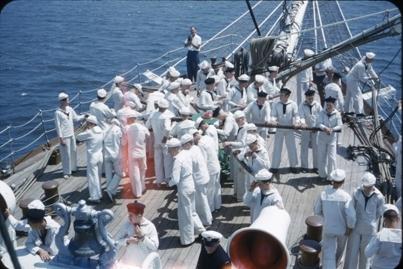 Kadetter driver gangspillet på dekk ombord på skoleskipet STATSRAAD LEHMKUHL.