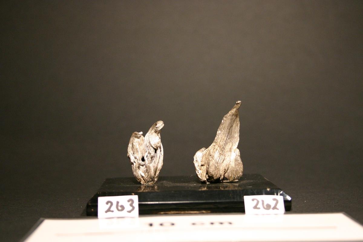 """""""Ildtunger"""" på svart plate, sammen med BVM 3263. BVM 3262 til høyre på bildet, BVM 3263 til venstre. Vekt: 56,60 g (med sokkel)"""