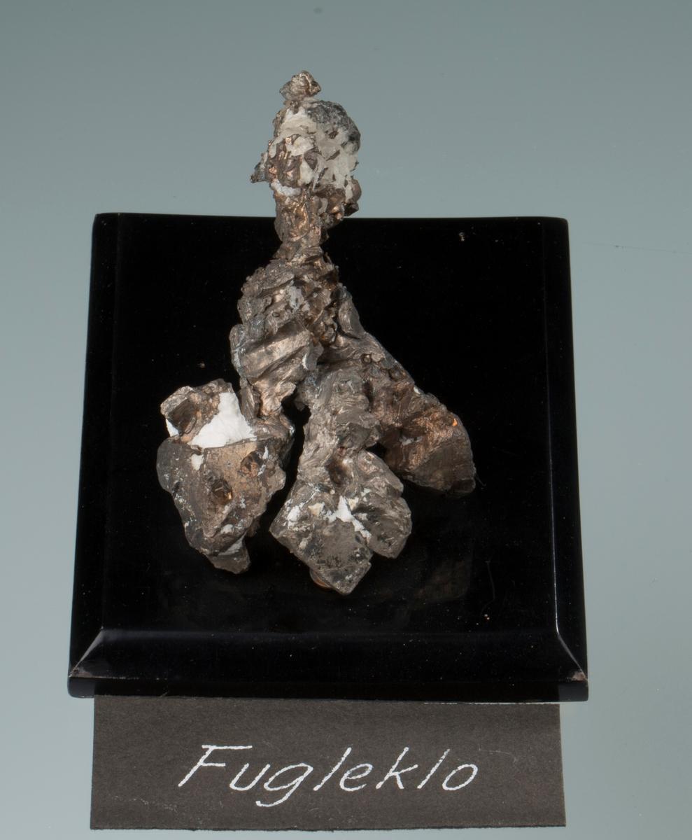 """""""Fugleklo"""" på svart plate Vekt: 128,32 g (med sokkel) Størrelse: 7,5 x 4,5 x 4,5 cm"""