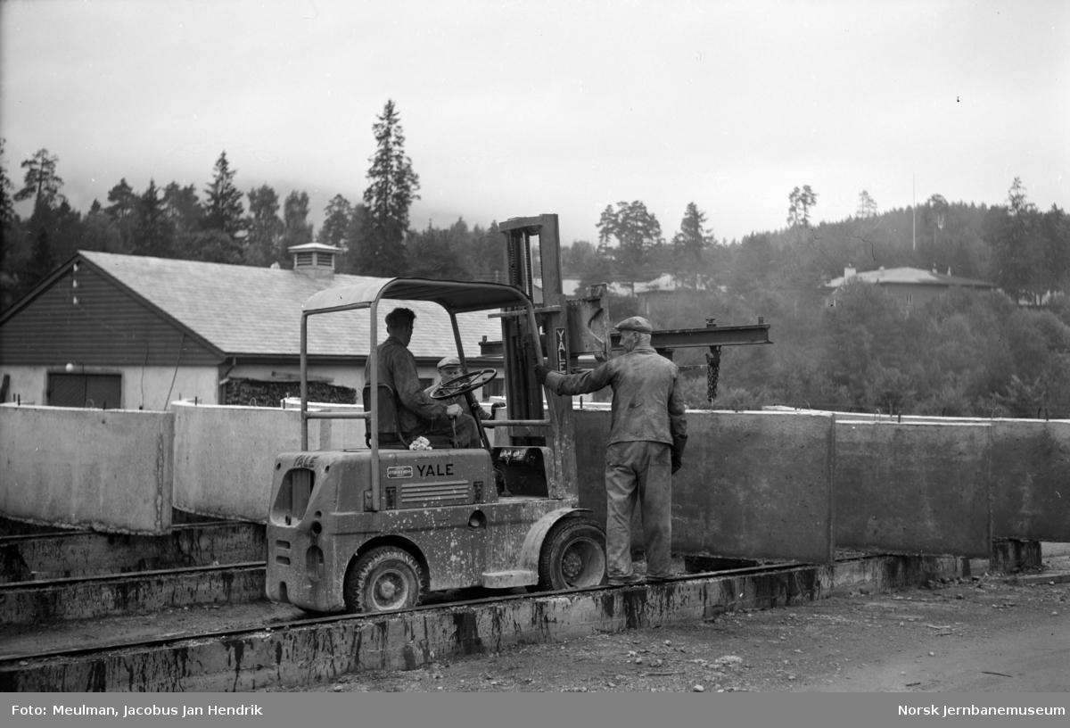 Betongstøperiet ved Brynavollen på Voss. Deponering av herdede lameller som skal benyttes i tunneltak.