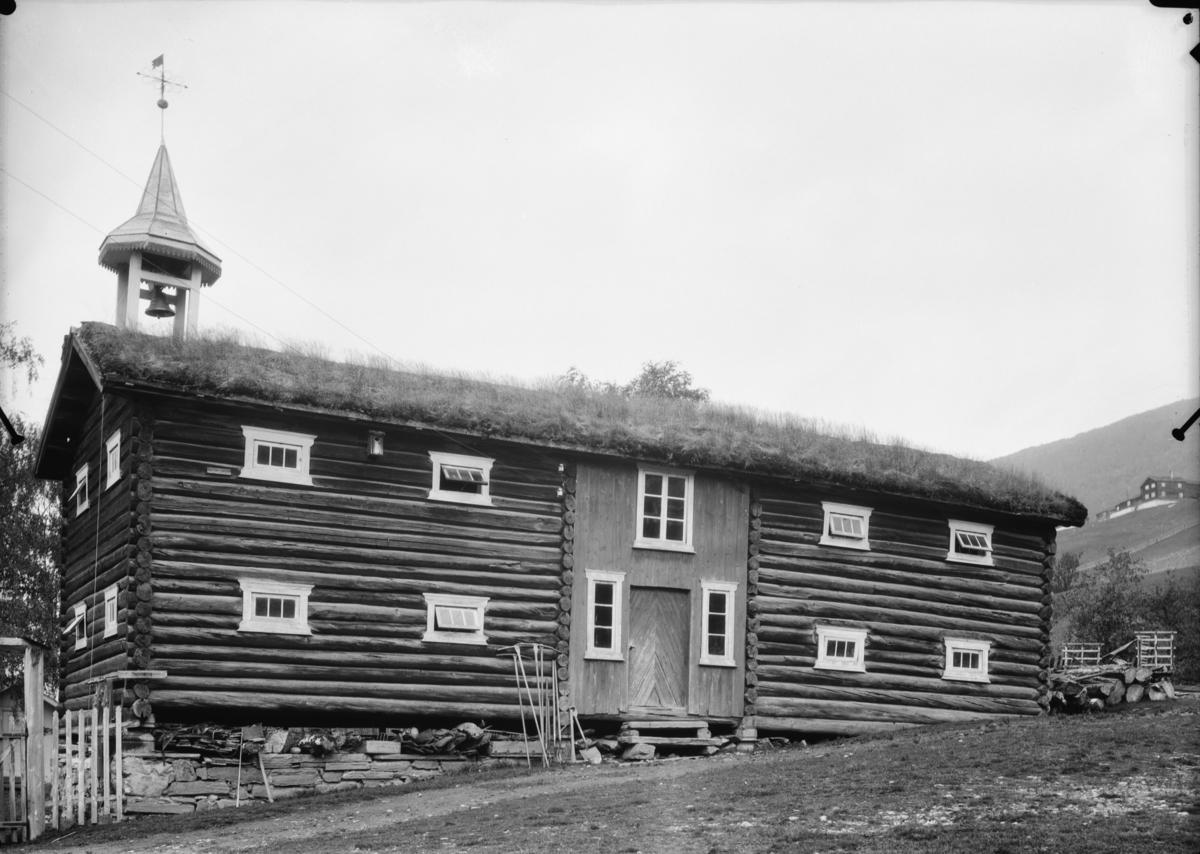 Vågåmo, stort tømmerhus med matklokke på garden Sørem
