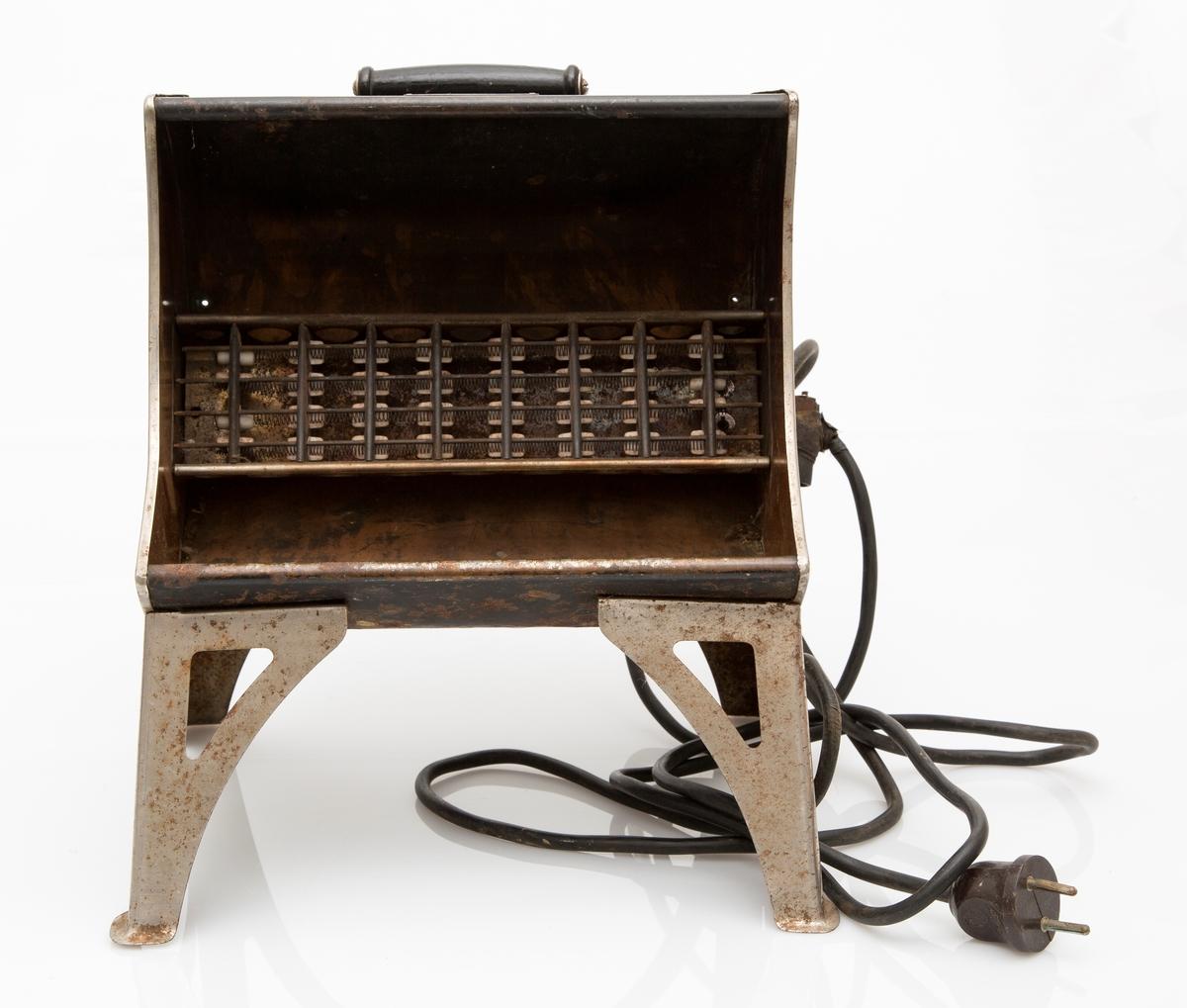 Elektrisk varmeovn, stråleovn i sort (forniklet) jern. Med løs kabel, støpsel i hver ende. 220 volt, 2,5 ampere. Håndtak øverst.