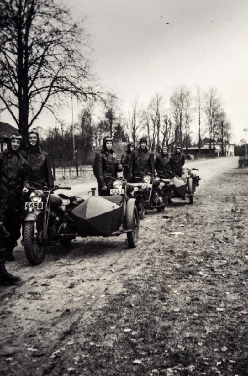 Portrettfotografi av trafikkmenn og mc- ordonnanser i Sverige under 2. verdenskrig.