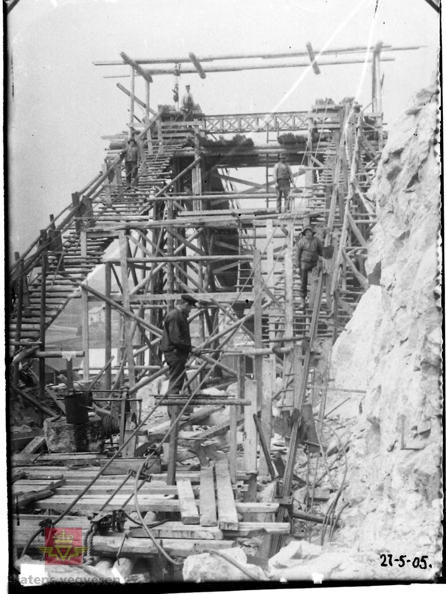 Gamle Gulsvik hengebru under bygging 1905. Brua har en  total lengde på 97 meter. Bygd i perioden 1903-1906 av Kværner Brug i Oslo. Inngikk som del av Hallingdalvegen fram til 1971 da vegen ble lagt om og ny bru bygd ved siden av. Da den ble bygd var dette Skandinavias lengste hengebru. Den er et tidlig eksempel på hengebru i Norge og er derfor tatt med i Nasjonal verneplan for veger, bruer og vegrelaterte kulturminner. Fredet ett § 22a i kulturminneloven i 2008. Rehabilitert med utskifting av tredekke og maling av stålkonstruksjoner i 2010.  Bildet viser justering av småkablene.