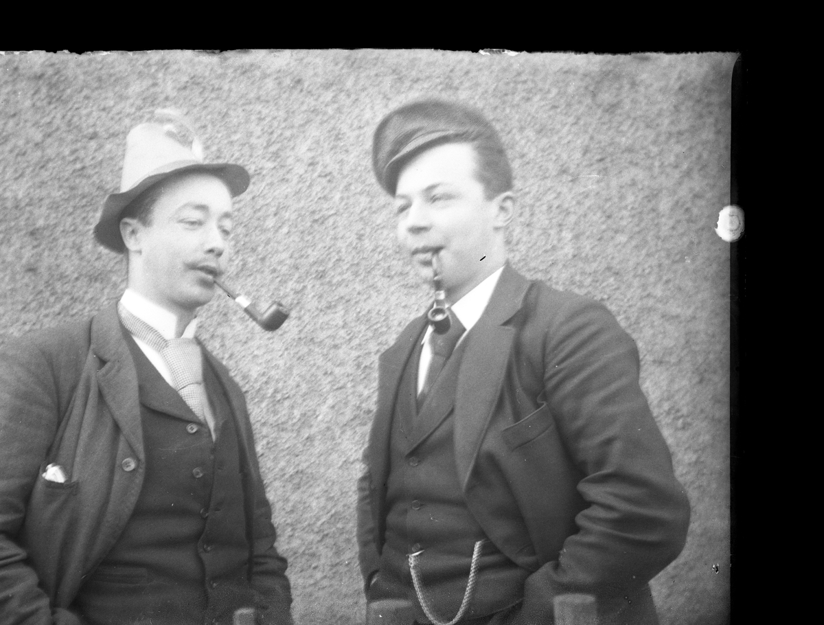 Antatt fotosamling etter Anders Johnsen født 6.8.1849. Død 6.5.1933. Foretningsmann og industrigrunder. Født på Varpet i Skien, men etablerte seg med hele sin familie på Nystrand, Eidanger. Fra 1874 drev han, og senere eide Falkum Sæbefabrikk. Han drev videre Dampskibselskap, og var en av drivkreftene bak etableringen av Breviksbanen. Portrett av to unge menn.
