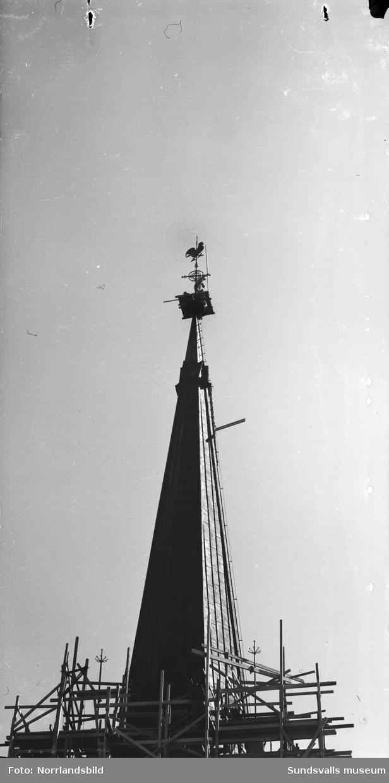 Byggnadsställningar runt tornet på GA-kyrkan då kyrktuppen ska förgyllas.