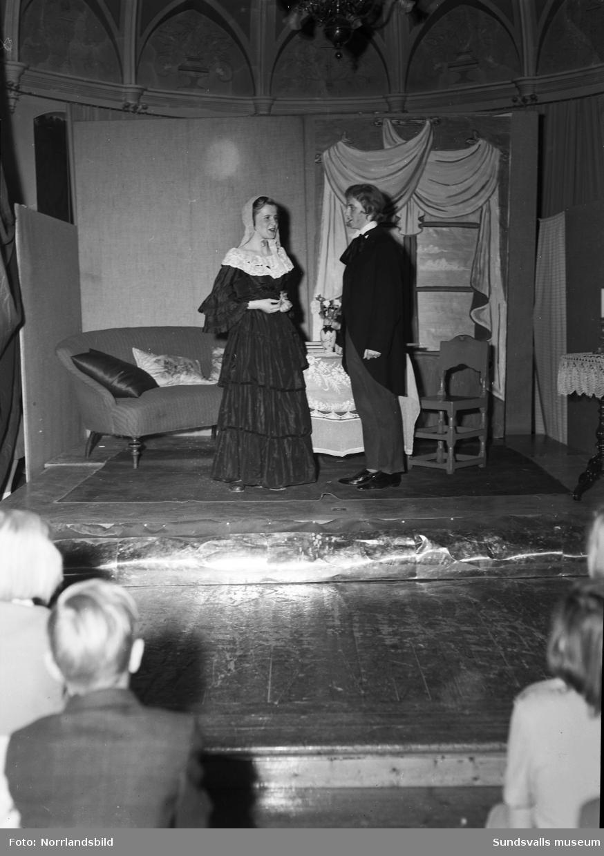 Flickskolans luciafest med luciatåg och teaterföreställning.