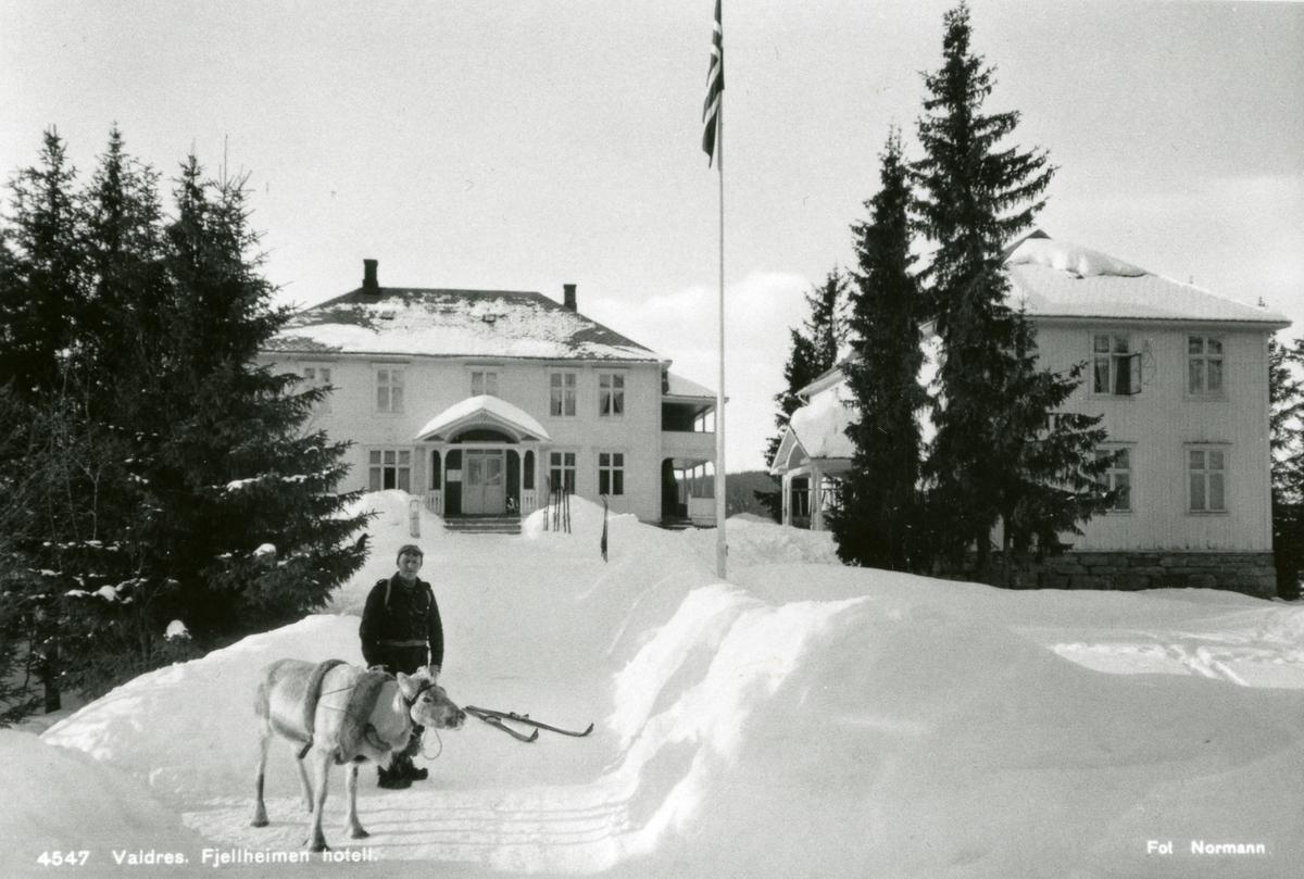 Vintermotiv av Fjellheimen Hotell.