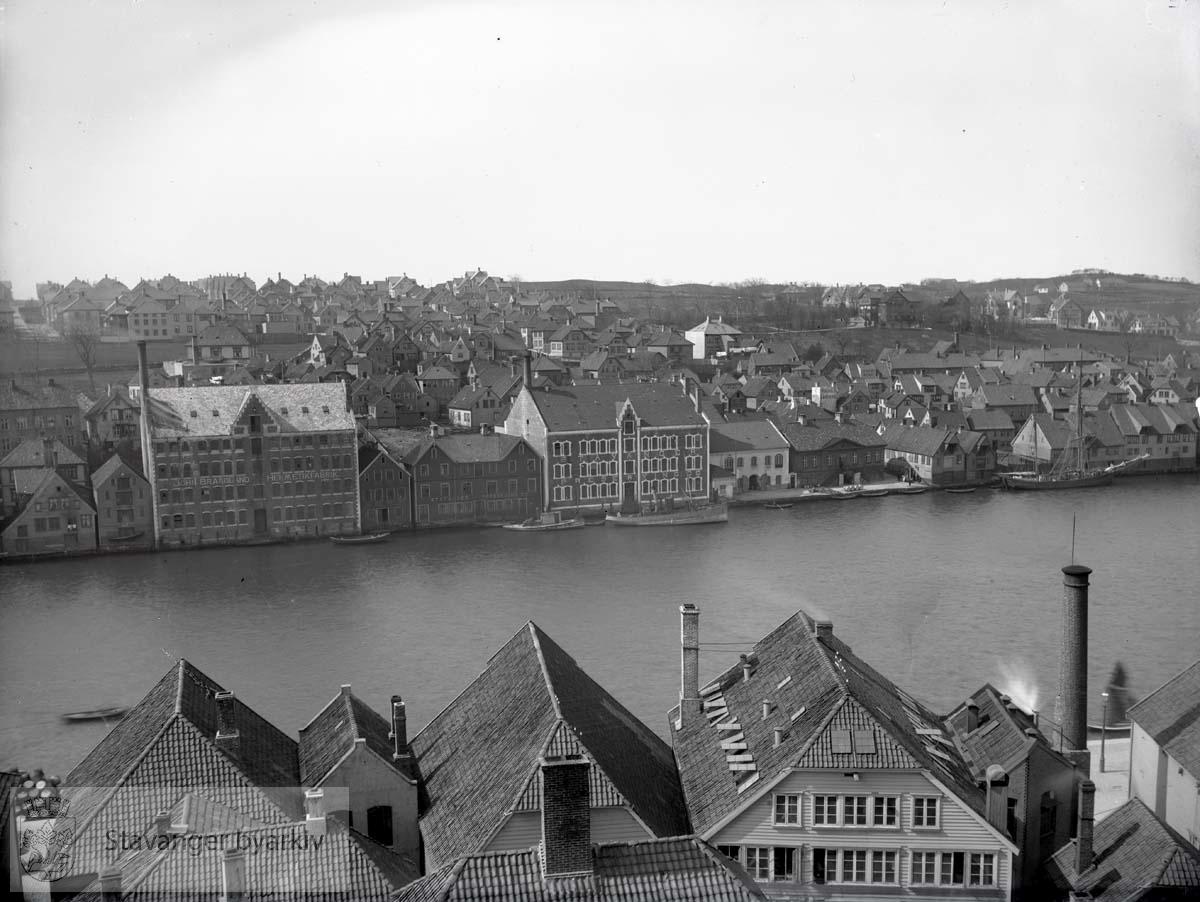 Husene på østsiden av Vågen er fra venstre Skagen 28, 30 og 32 som på denne tid var innlemmet i Chr. Bjelland & Co.s fabrikk nr. 1. På vestsiden av Vågen dominerer murbygningene til John Braadlands Hermetikfabrik, Nedre Strandgate 33-37, og Stavanger Preserving, Nedre Strandgate 43. Begge fra 1900.