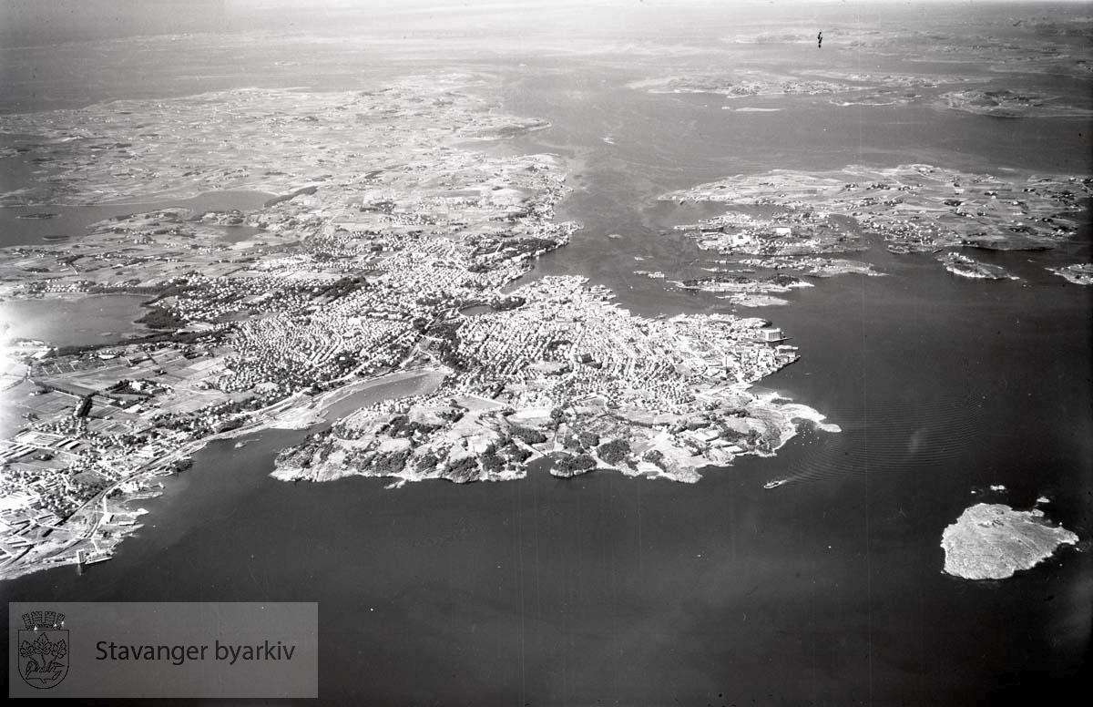 Oversiktsbilde av Stavanger mot nordvest...I forgrunnen Hetlandsmarken, Storhaug bydel..I bakgrunnen Randaberg, byøyene, Ryfylke.
