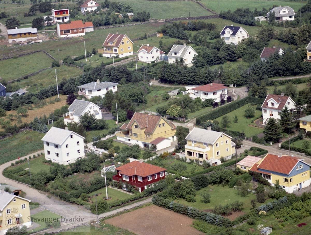 Bebyggelse langs Eikebergveien, Eikegreina, Eikåsveien. Øverst til venstre Øveråsveien