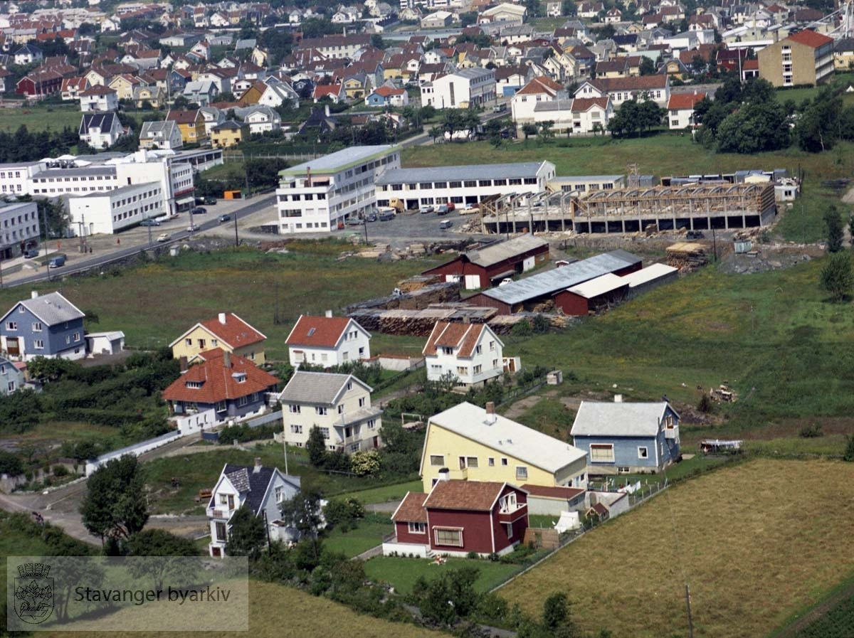 Boligene i forgrunnen ved Kråkebergveien, Skjeringen..I bakgrunnen industribygg ved Maskinhuset (delvis under oppføring). Videre Øvre Sandvikvei, Hillevågsveien mot byen, Postgården, Kvaleberg skole