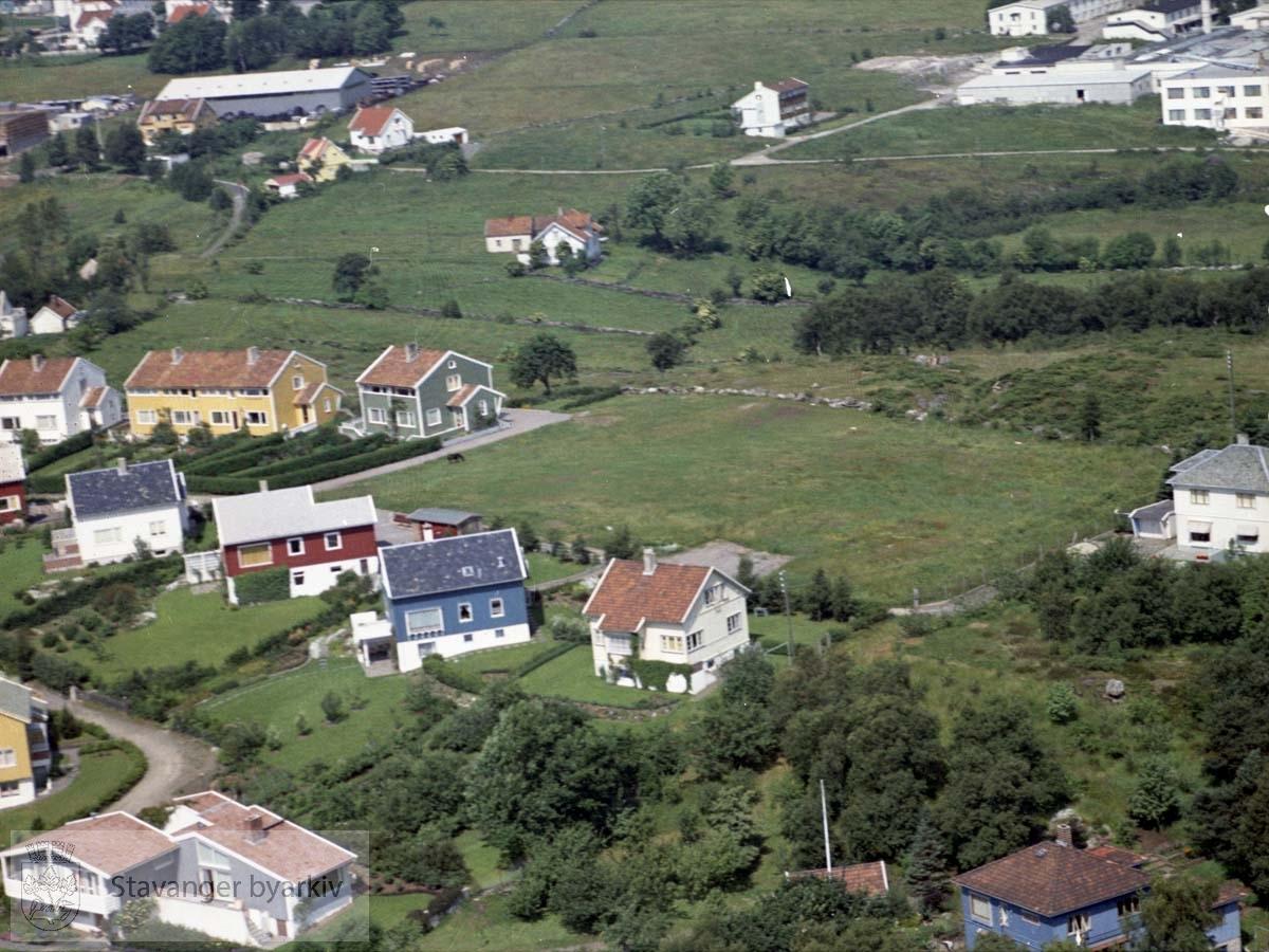 Bebyggelse ved Kråkebergveien, Skjeringen, Gandsveien..I bakgrunnen industribygg ved Sjøhagen