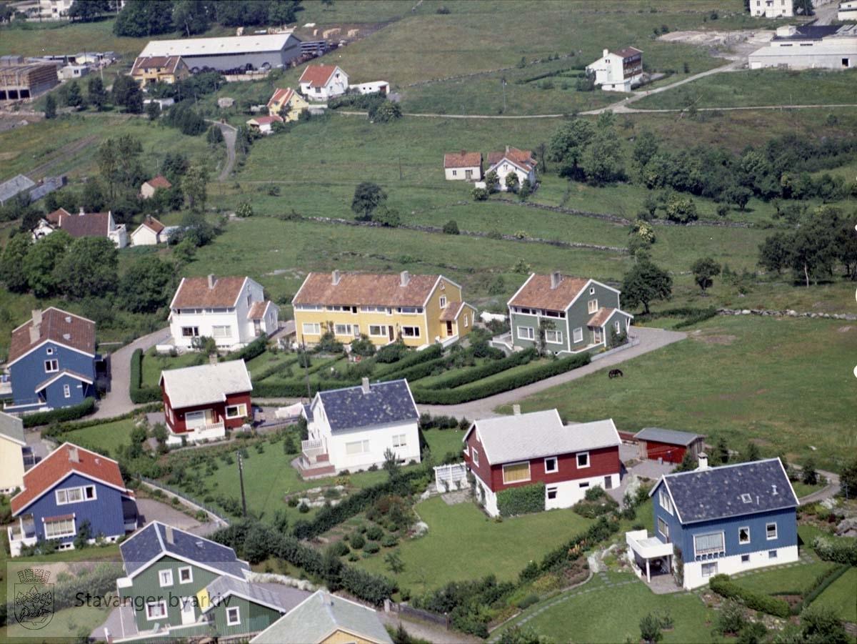 Bebyggelse ved Solhøgda, Bruvikveien..I bakgrunnen industribygg, delvis under oppføring, i Sjøhagen