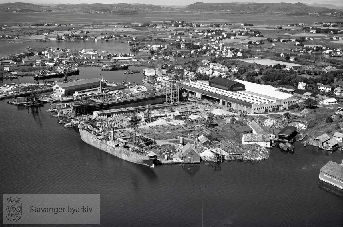 Stavanger midtre. Mot N..Rosenberg Mek. Verk. A/S..Mot Nyhavn, Bangarvågen og Hundvåg. .Stavanger Skibsophugning A/S, som holdt til i Nyhavn fra 1903 fram til 1957 da virksomheten ble flyttet til Grimstad. Øverst i bildet Hundvåg, Ryfylke.
