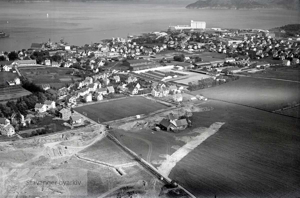 Stavanger ytre. Hillevåg. Mot S.Ø...Midt i bildet: Rogaland Landbruksselskaps utstillingsplass. Mot siloene til Rogaland Felleskjøp og Gandsfjorden.