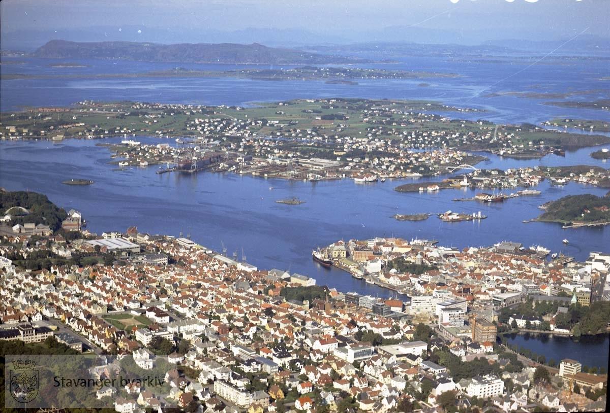 Bebyggelse på Vestre Platå, Eiganes, Sentrums-halvøya...Nederst til venstre Ledaal-parken, til venstre midt i bildet Bjergsted-parken. Nede til høyre Breiavatnet, Vågen, Domkirken. Videre Byfjorden, Sølyst, Klasaskjæret, Natvigs Minne, Engøy, Buøy m/ bl.a. Rosenberg Verft, Hundvåg, Bjørnøy, Langøy, Austre Åmøy...Øverst i bildet Rennesøy, Ryfylke