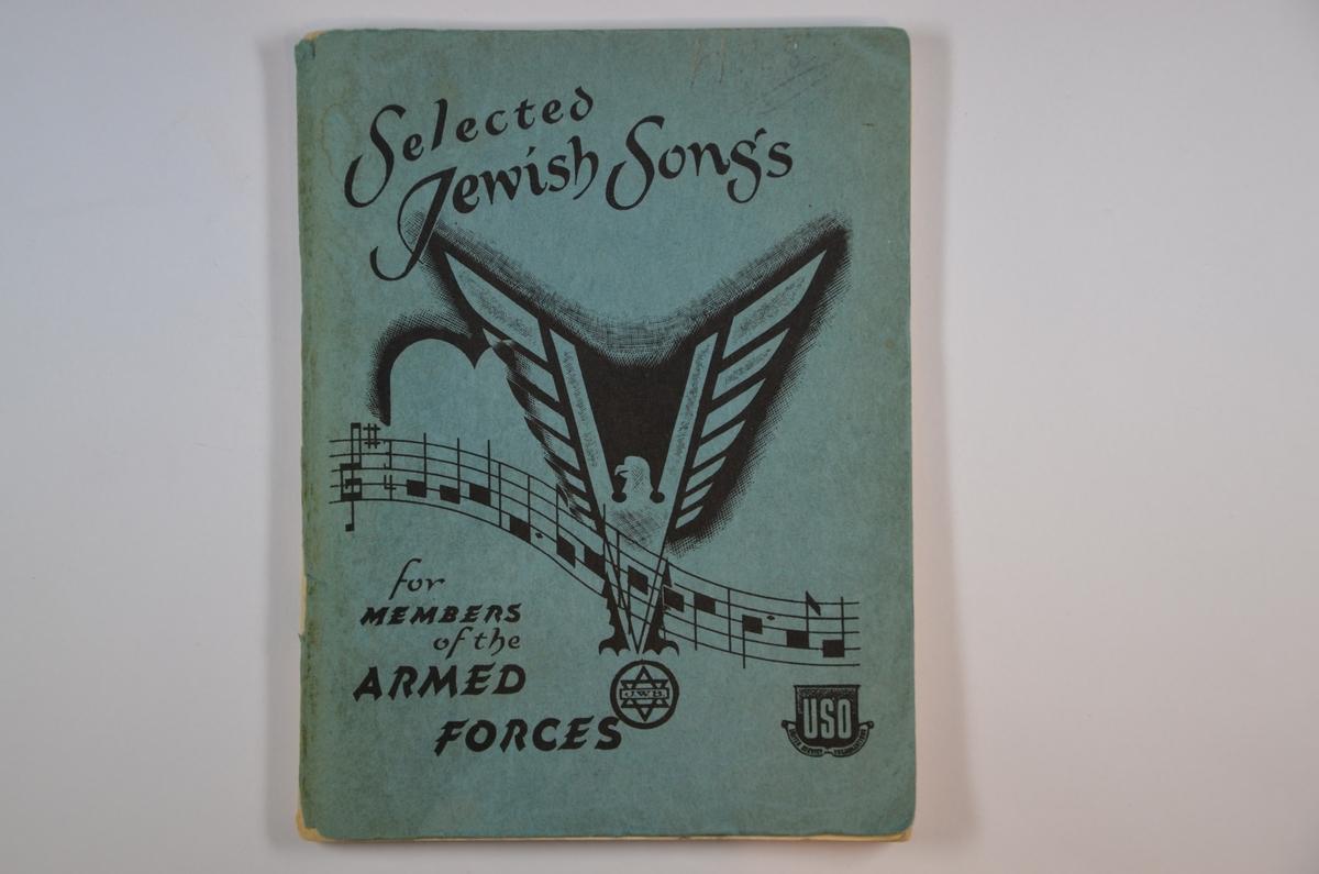 """Selected Jewish Songs for Members of the Armed Forces, utgitt i New York, 1943 av Jewish Welfare Board. 96 sider. Forsiden har løsnet fra heftet. På førstesiden står stemplet """"Eva Scheer, Vidarsgate 5, Oslo"""". Evas signatur på bunn av siden, samt initialene J.U.F."""