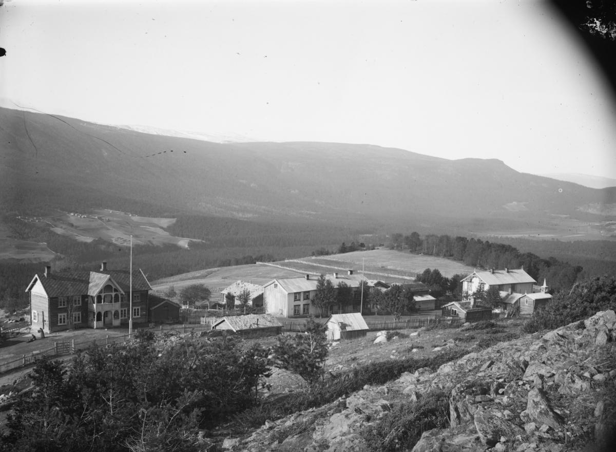 Dombås, Dombåsgrendi, våningshuset til Kongslykkja med Soleglad til høyre.
