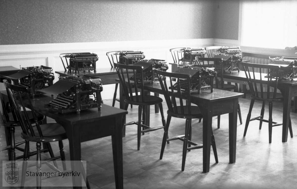 Skolen holdt til i Laugmannsgården.
