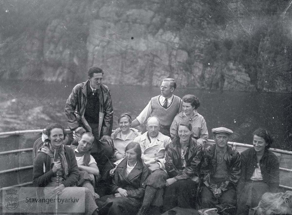 Gruppe på dekk ombord i båt