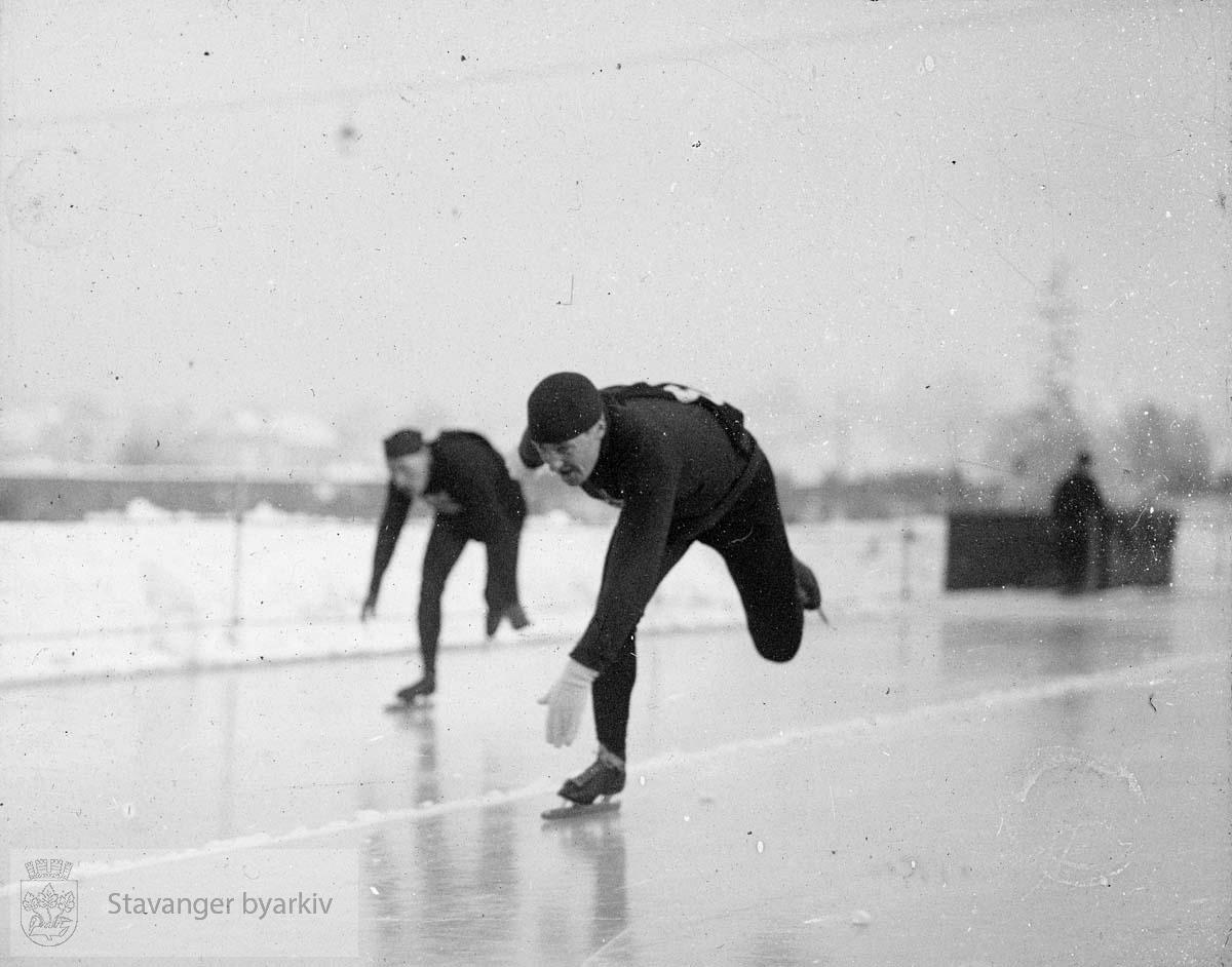 Skøyteløpere. Bislett?.....Arkivene til Gard Paulsen og Hans Henriksen ble avlevert sammen. Det er dermed noe usikkert hvem som egentlig er fotograf. Enkelte bilder kan ha blandet seg.
