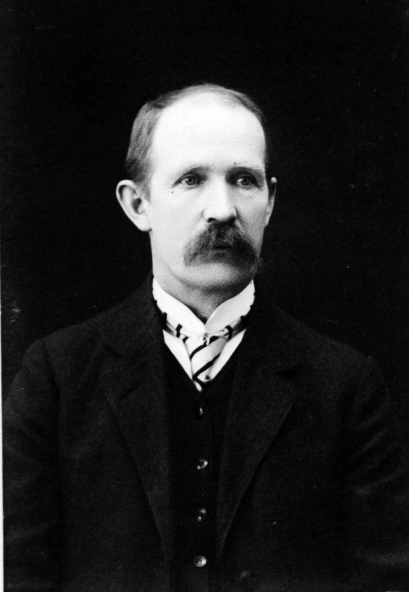 Portrett, brystbilde av mann.