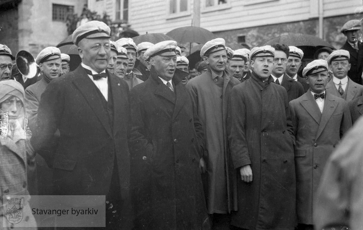 Mannskor og tilskuere ved Kongsgård.