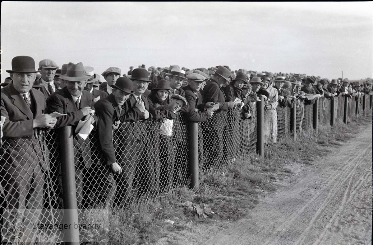.Tilskuere langs banen.