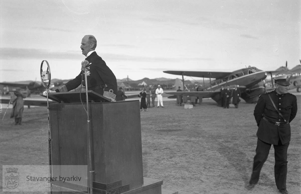 Flyverstevne.Hans majestet, kong Haakon VII taler