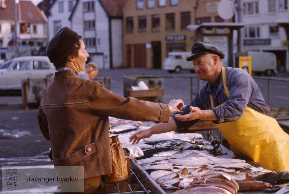 Kjøp og salg av fisk på torget.