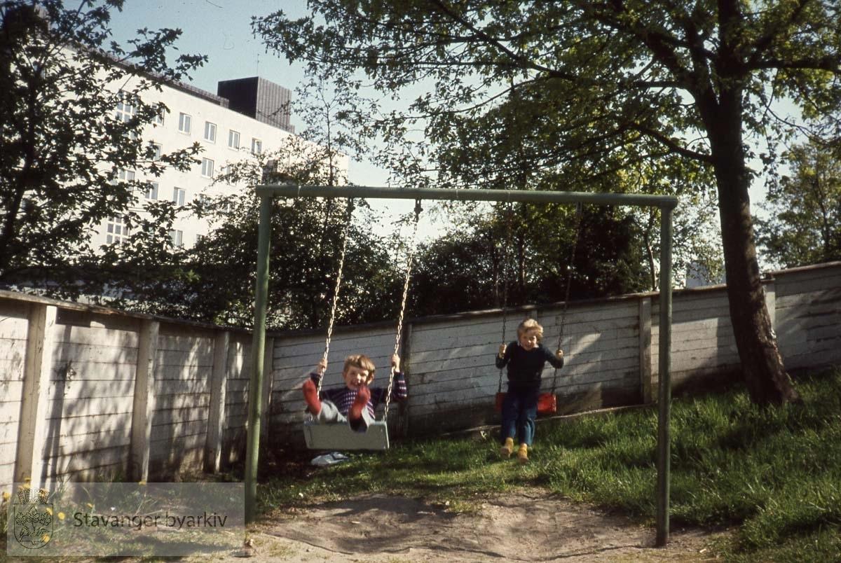 Barn i lekeapparat.