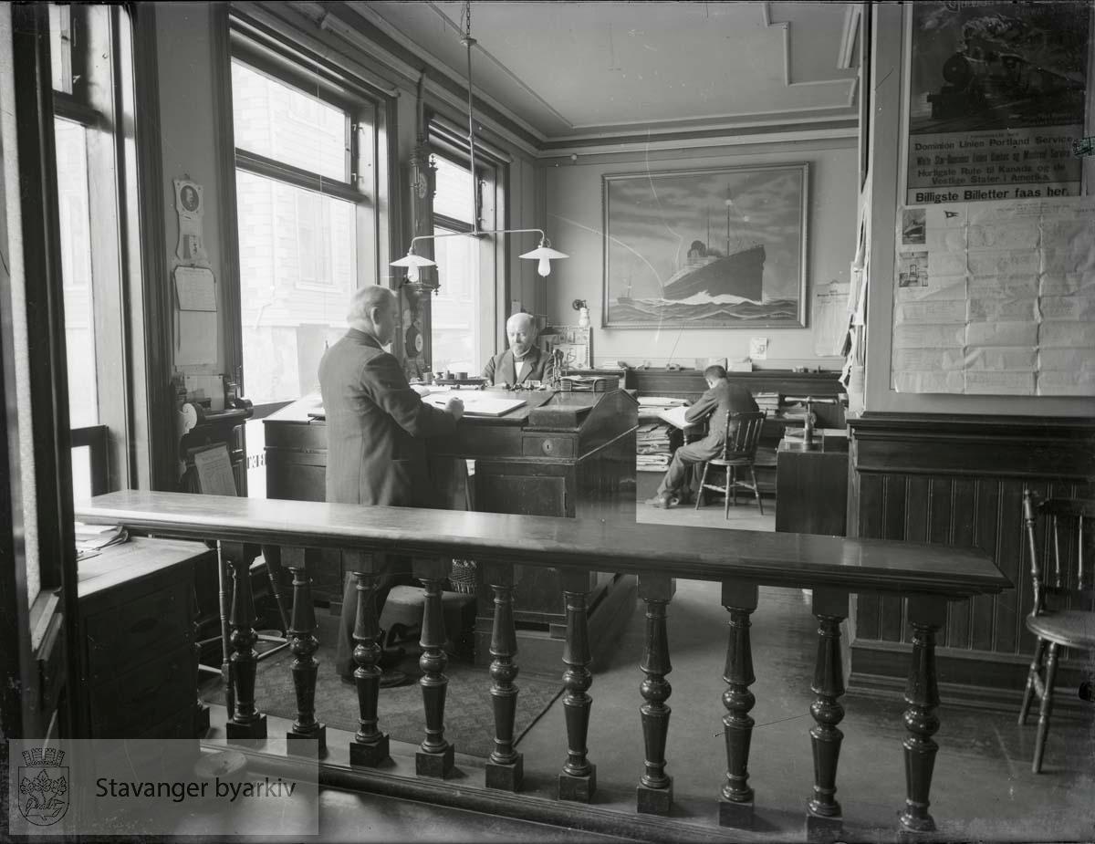 Agentur-, inkasso- og vekselforretning. Innehaveren, grosserer Arne Haabeth, står ved pulten midt på bildet.