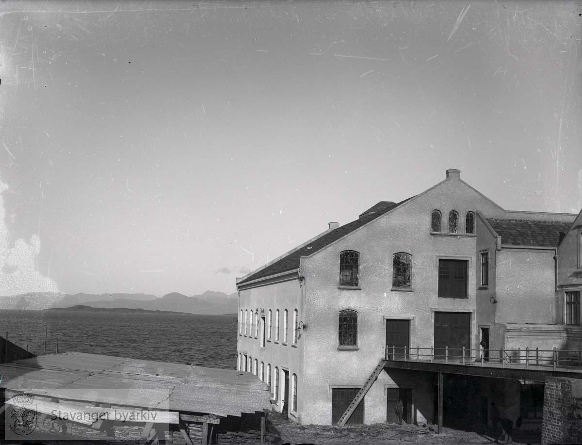 Hovedbygningen i mur ble reist i 1910, like etter at tomten i Lervik var ervervet. Den er 30 m. lang og 19,5 m. bred og tre etasjer.