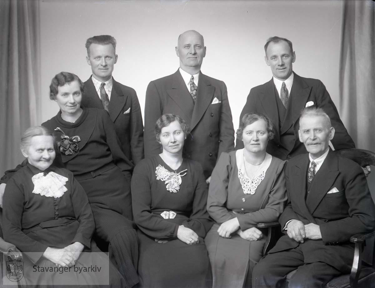 Bildet har nummer 96277 i Johannessens kundeprotokoller. Familieportrett.