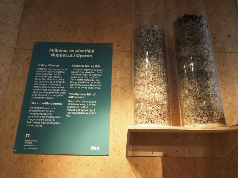 Bilde av to store plastrør med biofilmbærere (små plasthjul) som blir brukt i rensefabrikker
