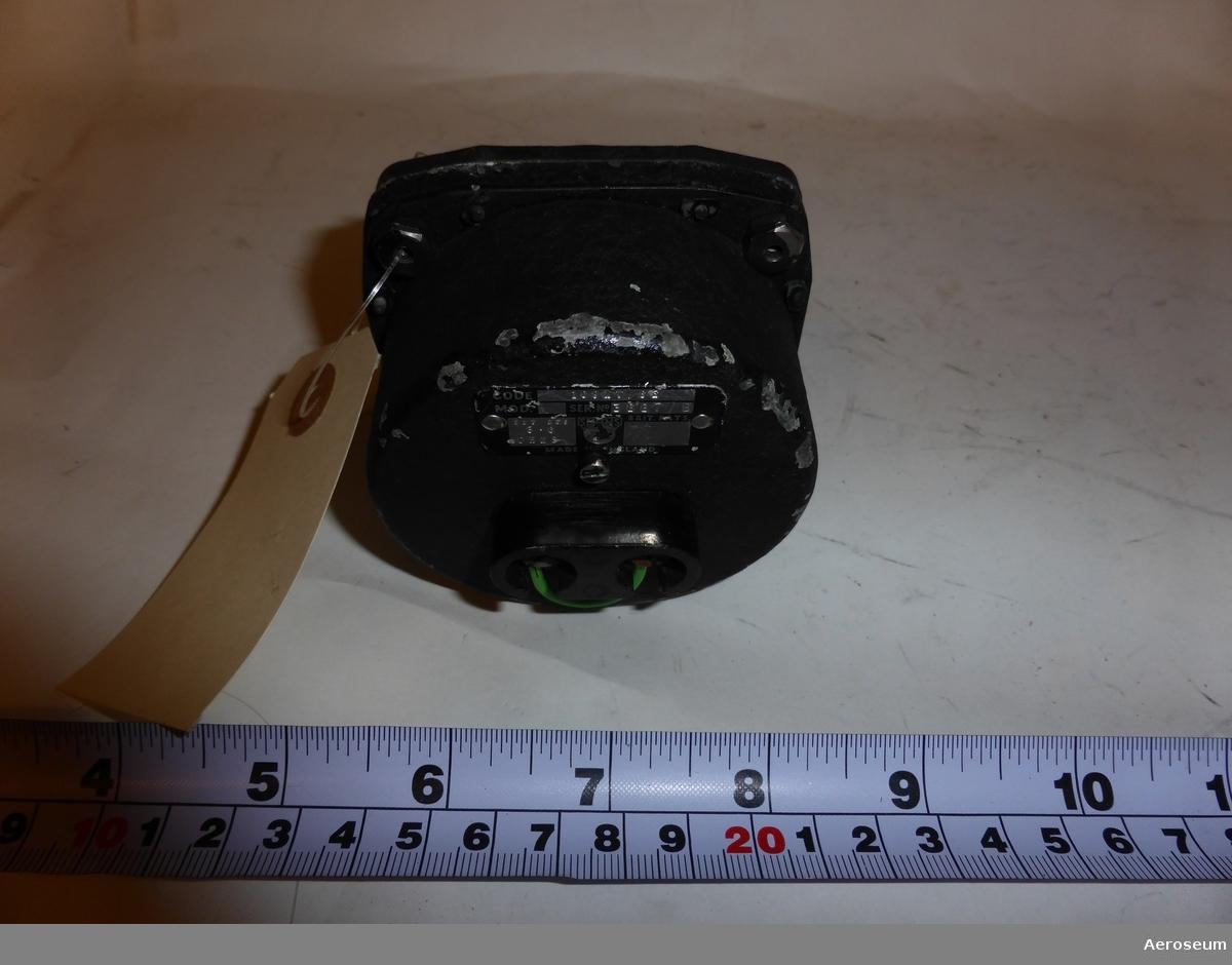 """Ett instrument som mäter avgastemperaturerna från flygplanens motorer. Gjord i Storbritannien.  I föremålets display står det skrivet: """"0166 CVV"""", och en liten klistrad lapp där det står """"OK 94100"""".  På botten av föremålet går det att läsa: """"CODE 109MV/SE"""", """"SER. NO. 3687/8"""", """"EXT RES 3 • 6 OHMS"""", """"SMITHS"""", och """"MADE IN ENGLAND""""."""