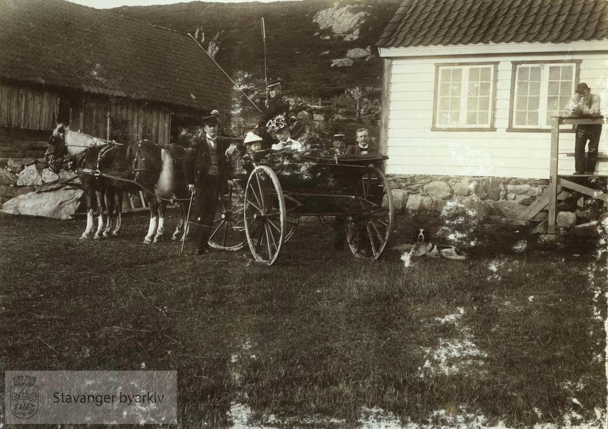 Madla. Hest og kjerre på gårdstunet.