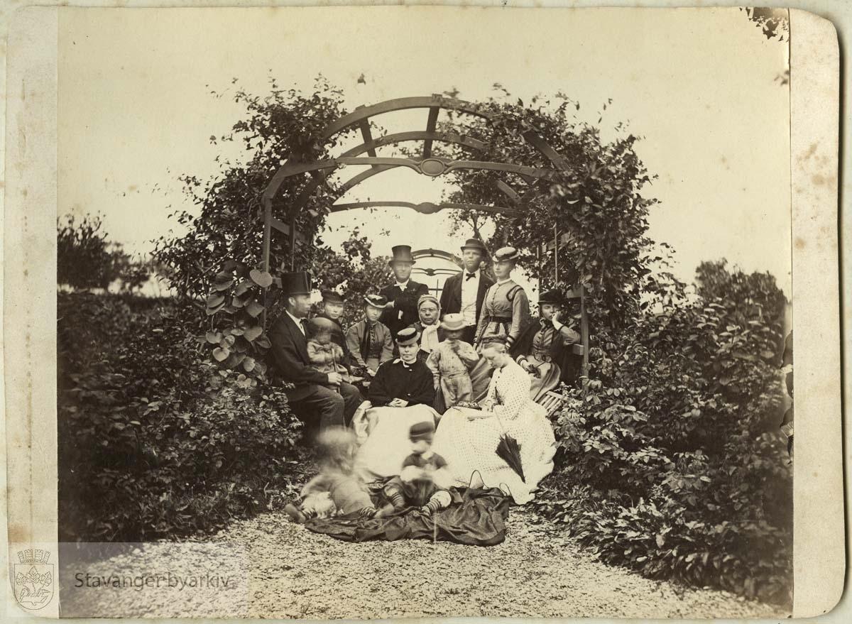 Til venstre kjøpmann Erik S. Monsen (1838-1885) med sønnen Jonas Schanche f. 1867. Stående til høyre bak: Skipsreder Mons Gabriel Monsen (1836-1896) og Bergithe Monsen, f. Tausan (1841-1910)