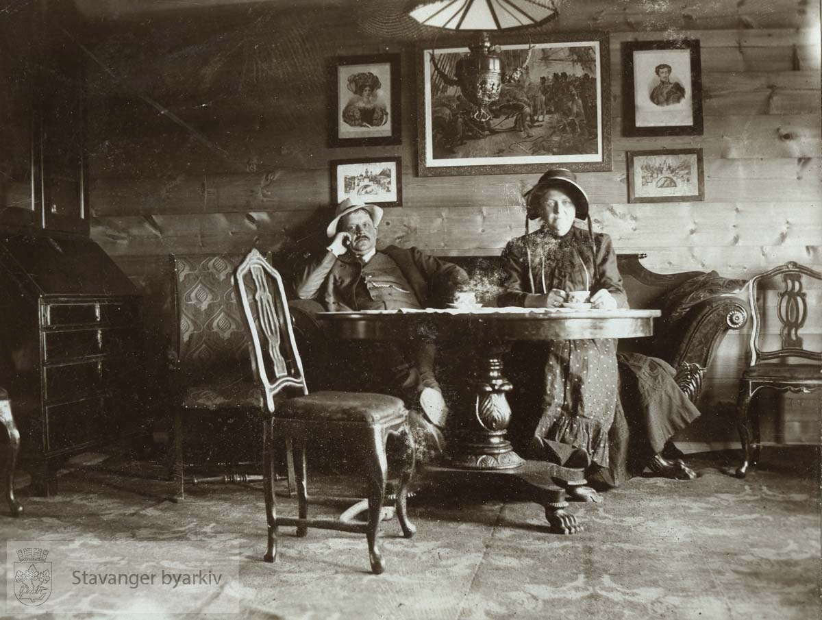 Georg T. Monsen og Martha Monsen inne i Ognahuset, pinsedag 1911