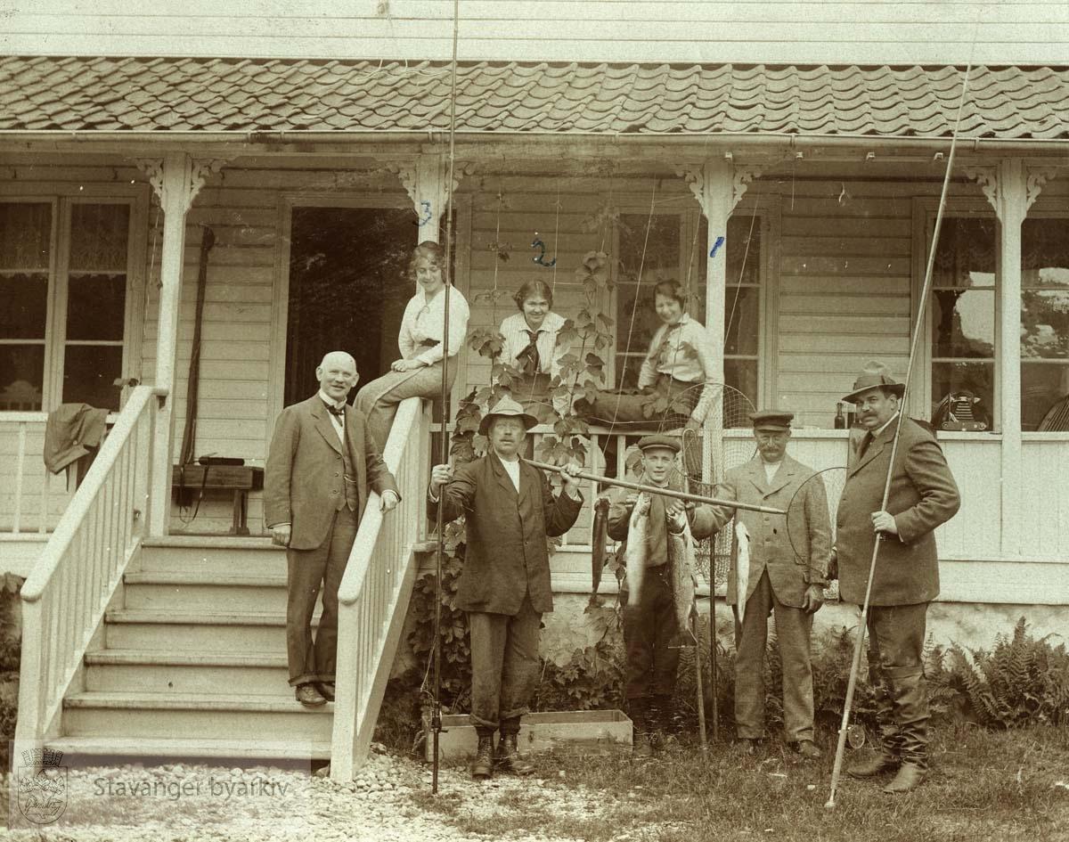 Frafjord, sommeren 1915...Trygve Både i trappen. Halvar Pedersen og Hans Falck med fiskestenger. Sittende på rekkverket: Anna Både, Marie Både og Sofie Falck