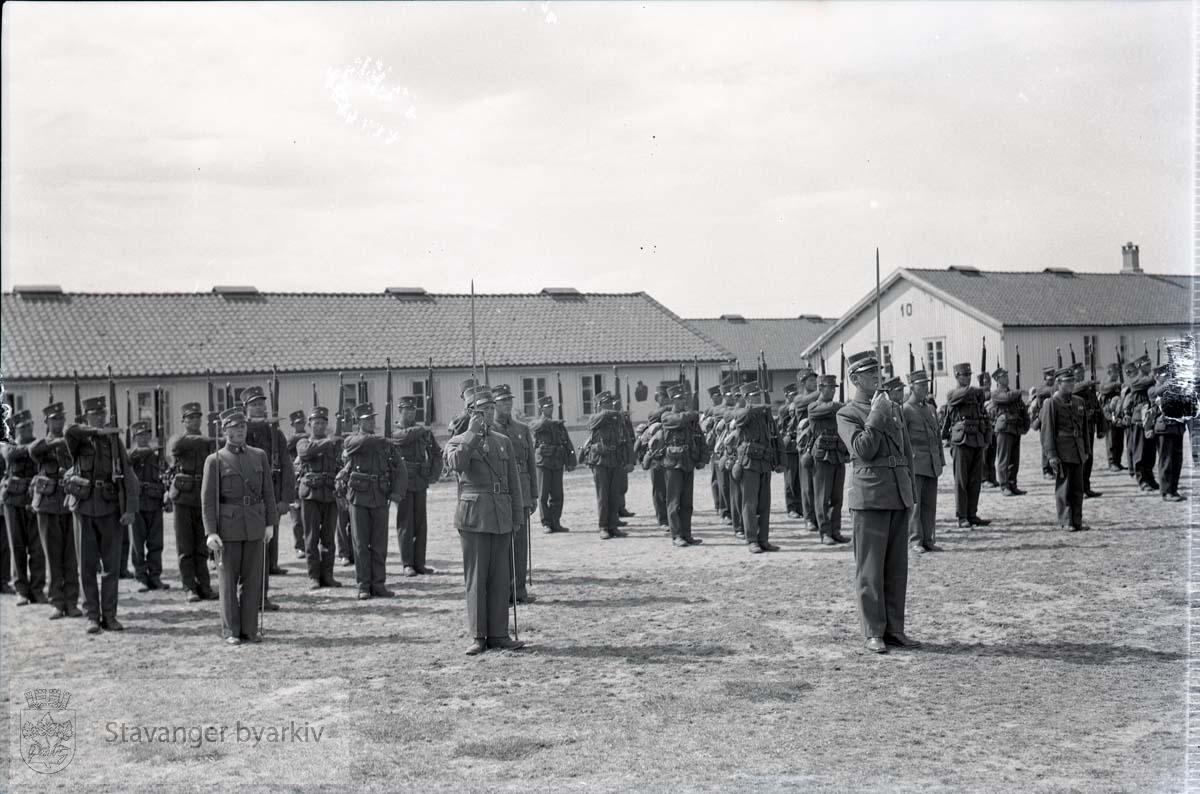 Soldater oppstilt i Madlaleiren