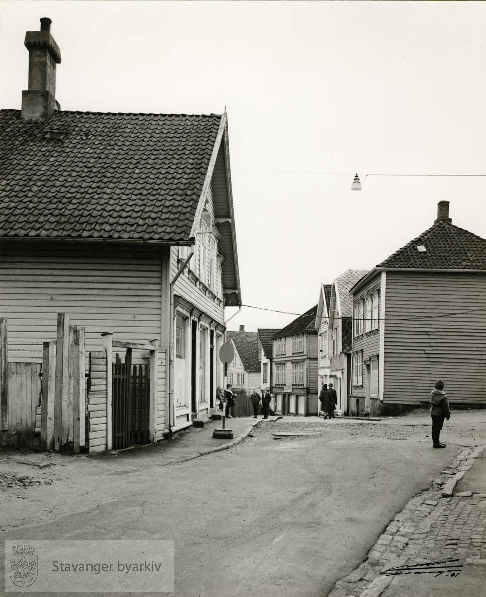 Til venstre: Øvre Strandgate 19, revet mai 1961..Til høyre Øvre Strandgate 30 og 28, revet februar 1962.