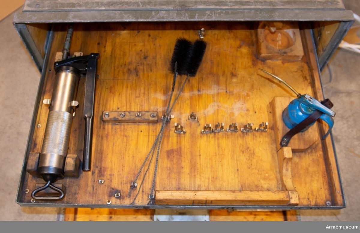 Grupp F I.  Materielvårdssats till 7,5 cm kanon m/1940 S, tnr 259, i låda. Tillbehören består av en materielvårdssats, två kapell.