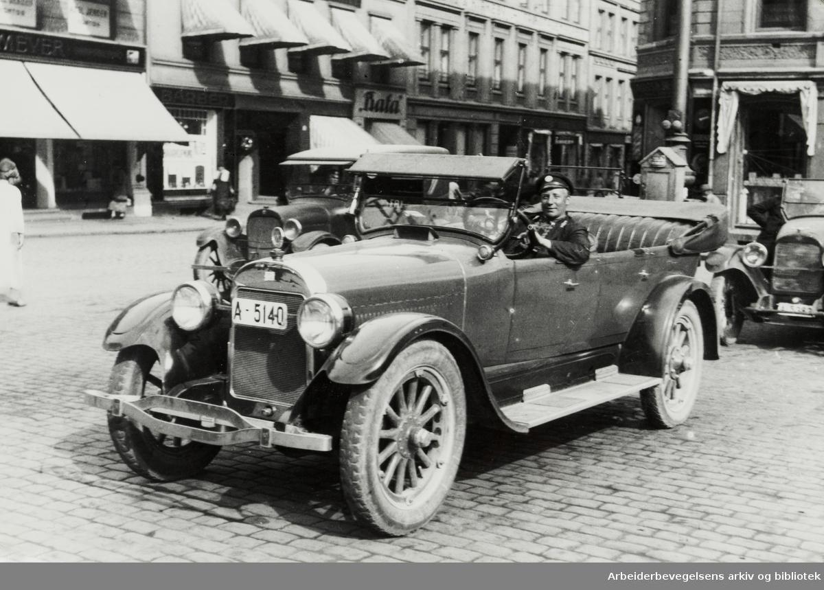 Gamle bilder. Drosjeholdeplassen på Youngstorget. Ca. 1923 - 1924.