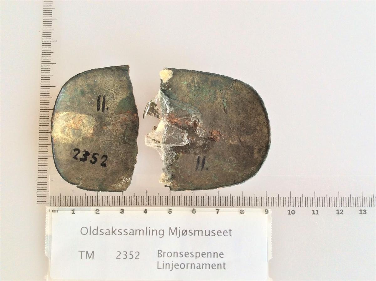 Bronsespenne med linjeornament fra vikingtiden. Funnet i en gravhaug på Kapp.