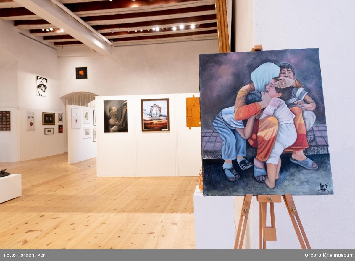 """Dokumentation av utsällningen """"Mellan oss och dem"""" 2 februari - 21 april 2019 på Örebro slott.  Mellan oss och dem är en utställning med konstverk av fängelseinterner från hela världen.Temat i urvalet kretsar kring hur vi formar gemenskap, men också gemenskapens gränser. Det handlar också om återanpassning och om skuld och försoning.  Utställningen är ett samarbete med den internationella organisationen Art and Prison. Fångarna som medverkar har alla fått verk utvalda av en professionell jury och på så vis fått möjlighet att delta i en internationell konstsalong som Art and Prison arrangerat. Länsmuseets utställning på slottet presenterar ett urval av Art and Prisons stora samling."""