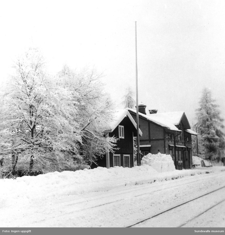 Nedansjö järnvägsstation i vinterskrud.
